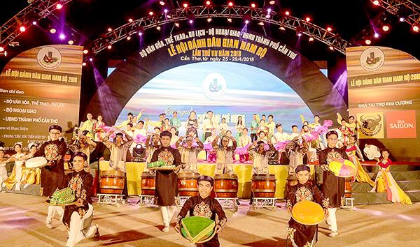Chương trình khai mạc Lễ hội Bánh dân gian Nam bộ 2018 do các diễn viên ngoài công lập biểu diễn. Ảnh: DUY KHÔI