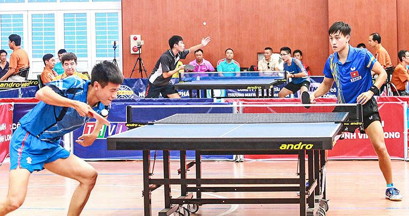 Nguyễn Anh Tú (Việt Nam, góc xa) trong trận chung kết với Chen Xinh Chen (Thượng Hải- Trung Quốc) tại giải lần 2, 2017. Ảnh: DƯƠNG THU