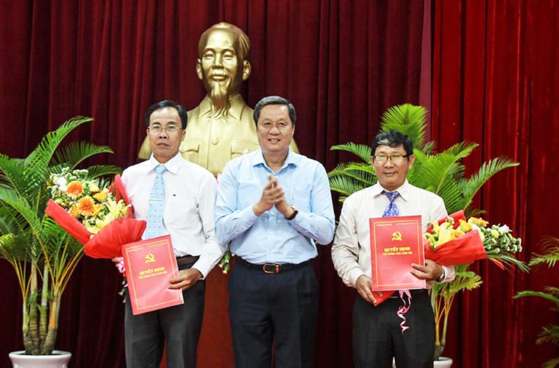 Đồng chí Phạm Văn Hiểu, Phó Bí thư Thường trực Thành ủy, Chủ tịch HĐND thành phố trao Quyết định cho đồng chí Nguyễn Quang Nghị và đồng chí Đào Ngọc Chi.