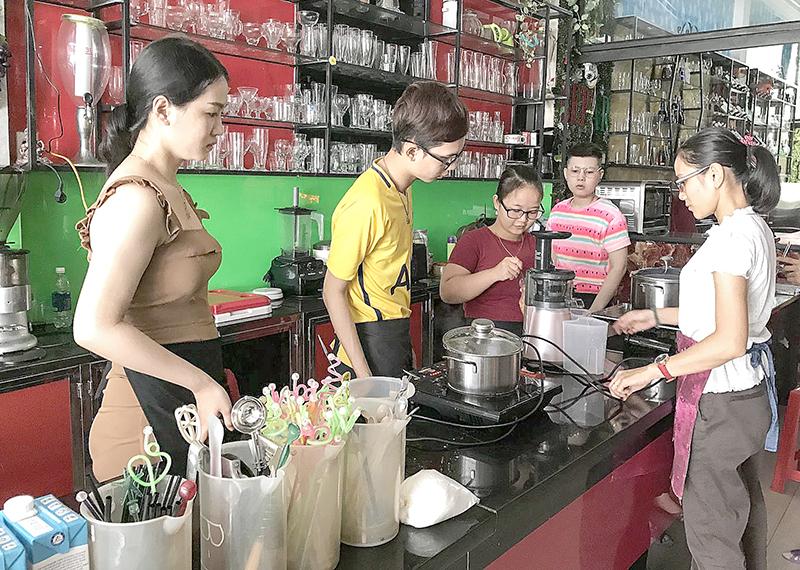 Lớp học pha chế tại Cơ sở đào tạo nghề Bếp – bar. Ảnh: KIỀU CHINH