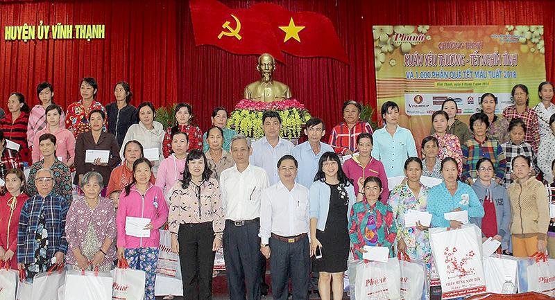 Lãnh đạo Ngân hàng Thương mại cổ phần Ngoại thương Việt Nam chi nhánh Tây Cần Thơ phối hợp cùng các đơn vị trao tặng quà Tết cho phụ nữ nghèo huyện Vĩnh Thạnh. Ảnh: Q.LAM