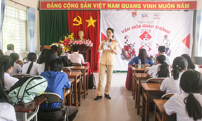 Học sinh Trường THPT Bình Thủy, quận Bình Thủy nghe phổ biến, tuyên truyền Luật Giao thông đường bộ. Ảnh: Q. THÁI
