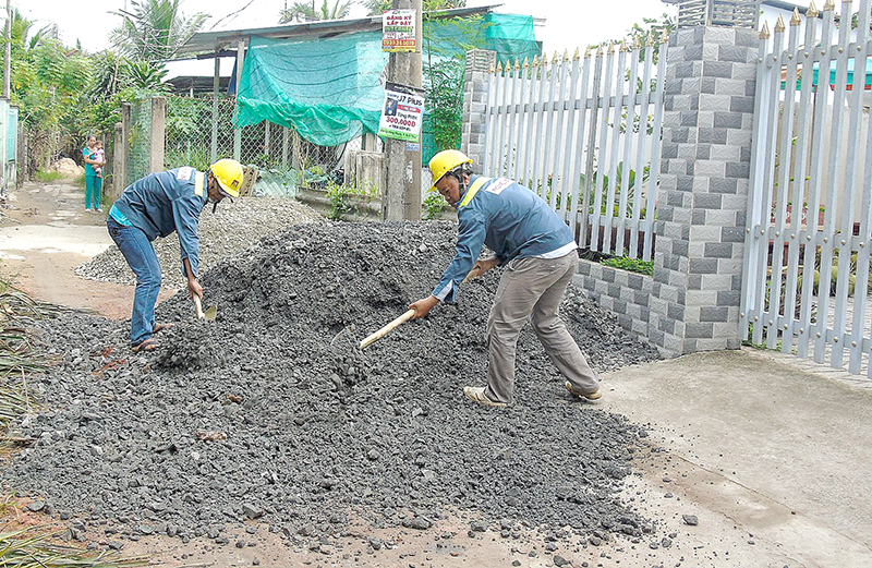 Các công nhân tiến hành xây dựng hẻm 4. Ảnh: THANH THY