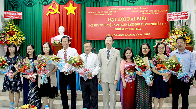 Lãnh đạo Trung ương HHN Việt Nam - Liên Bang Nga và Liên hiệp các tổ chức hữu nghị TP Cần Thơ tặng hoa Ban Chấp hành HHN Việt Nam - Liên Bang Nga TP Cần Thơ nhiệm kỳ 2018-2023.