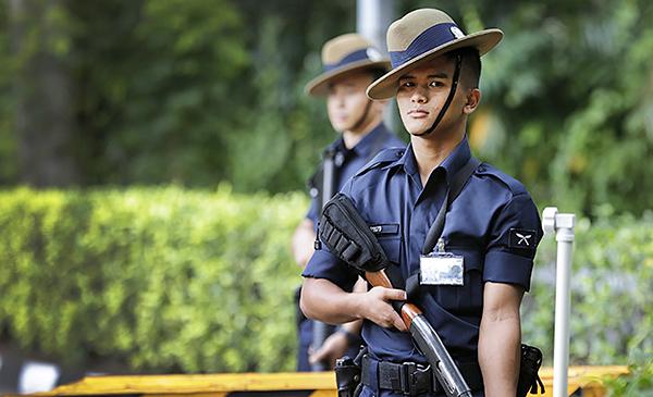 Một nhân viên an ninh Singapore thuộc lực lượng Gurkha. Ảnh: AP