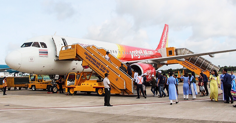 Cơ quan chức năng phối hợp giữ vững an ninh hàng không tại Cảng hàng không Quốc tế Cần Thơ, góp phần phục vụ an toàn các chuyến bay. Ảnh: KIỀU CHINH
