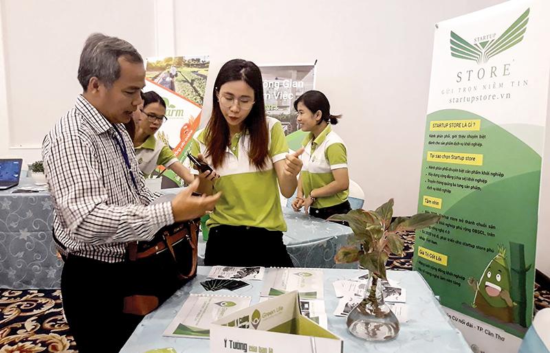 Khu vực trưng bày, giới thiệu mô hình Startup Store của hệ sinh thái khởi nghiệp Up Green Life Cần Thơ nhằm hỗ trợ quảng bá, phát triển thị trường cho các sản phẩm khởi nghiệp. Ảnh: MINH HUYỀN