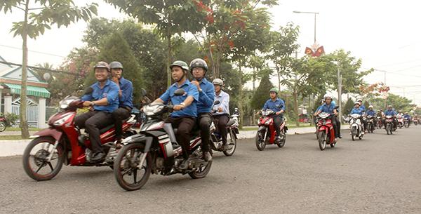 Đoàn viên thanh niên huyện Vĩnh Thạnh diễu hành tuyên truyền về an toàn giao thông trong Lễ ra quân Năm An toàn giao thông 2018. Ảnh: PHẠM TRUNG