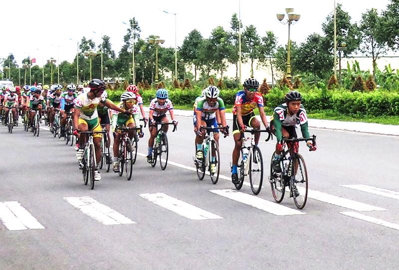 Các VĐV thi đấu hệ mở rộng Giải vô địch trẻ xe đạp TP Cần Thơ mở rộng năm 2018. Ảnh: AN CHI
