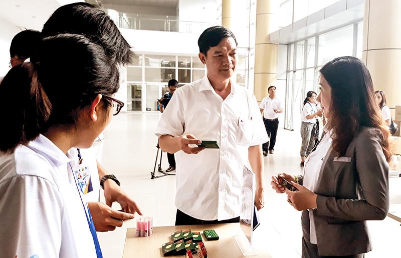 Các nhóm khởi nghiệp trưng bày, giới thiệu sản phẩm tại Vườn ươm Công nghệ Công nghiệp Việt Nam-Hàn Quốc. Ảnh: MINH HUYỀN