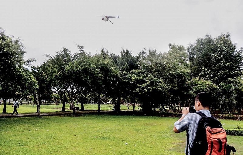 Biểu diễn phun thuốc bảo vệ thực vật bằng máy bay không người lái của Công ty cổ phần Đại Thành. Ảnh: MỸ THANH