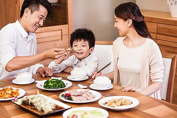 Cùng ăn với trẻ là một trong những cách giúp trẻ học thói quen ăn uống lành mạnh từ cha mẹ.