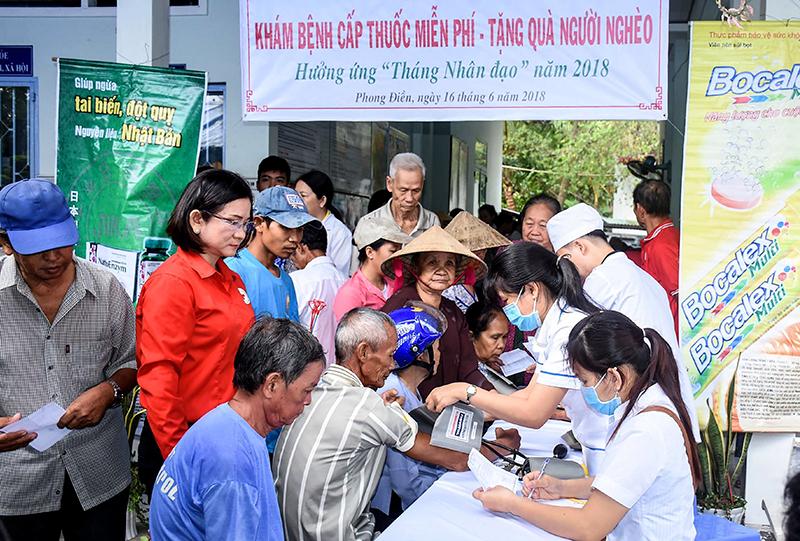 Các bác sĩ tư vấn, khám bệnh miễn phí cho bà con nghèo, nạn nhân chất độc da cam ở xã Giai Xuân, huyện Phong Điền. Ảnh: XUÂN ĐÀO