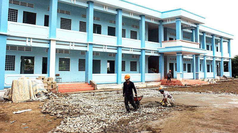 Công trình Trường Tiểu học Thạnh Phú 1 tiến độ đã đạt trên 90%, dự kiến  hoàn thành 30-6-2018. Ảnh: ANH KHOA