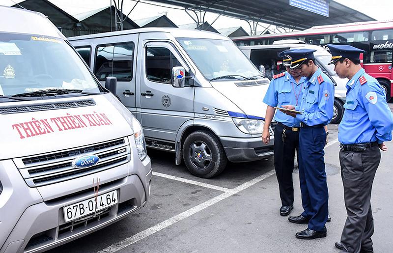 Thanh tra Sở GTVT TP Cần Thơ kiểm tra TBGSHT đối với ô tô vận chuyển hành khách tại Bến xe Nguyễn Văn Linh. Ảnh: X.ĐÀO