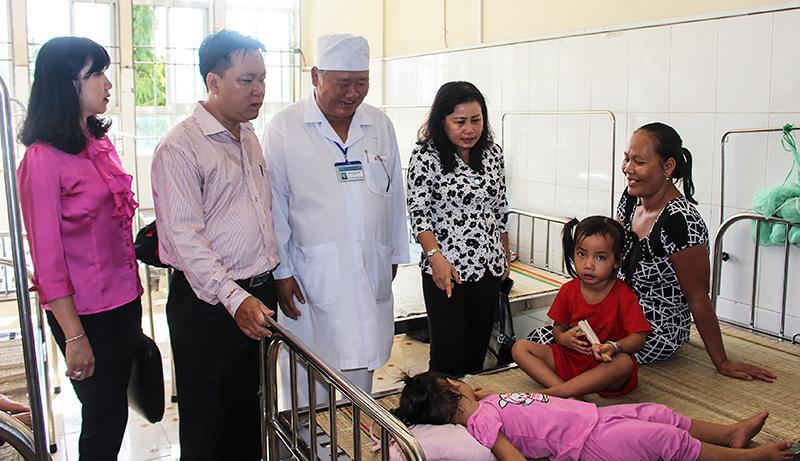 Đoàn giám sát thăm các khoa, phòng của BV Đa khoa quận Thốt Nốt.