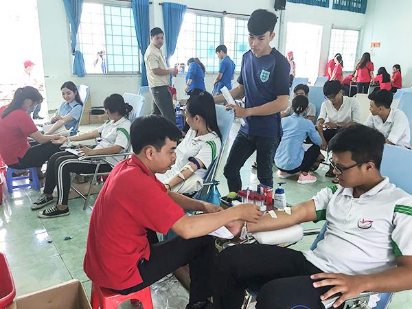 Đông đảo sinh viên Trường Đại học Tây Đô tham gia hiến máu. Ảnh: HUỆ HOA