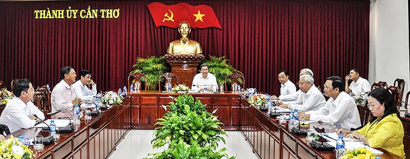 Các thành viên Ban Chỉ đạo thành phố thảo luận bàn kế hoạch thực hiện Nghị quyết Trung ương 6 khóa XII.