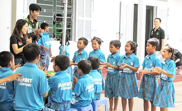 Trẻ em ở Nhà nuôi trẻ Hướng Dương được các anh, chị tình nguyện viên tổ chức sinh hoạt, múa hát. Ảnh: P.NGUYỄN