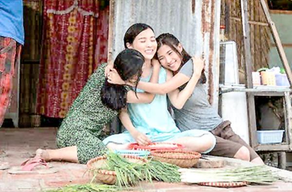 Chị em Trâm (Cao Thái Hà, giữa) và Quỳnh (Thúy Diễm, phải) yêu thương nhau thuở cơ hàn.