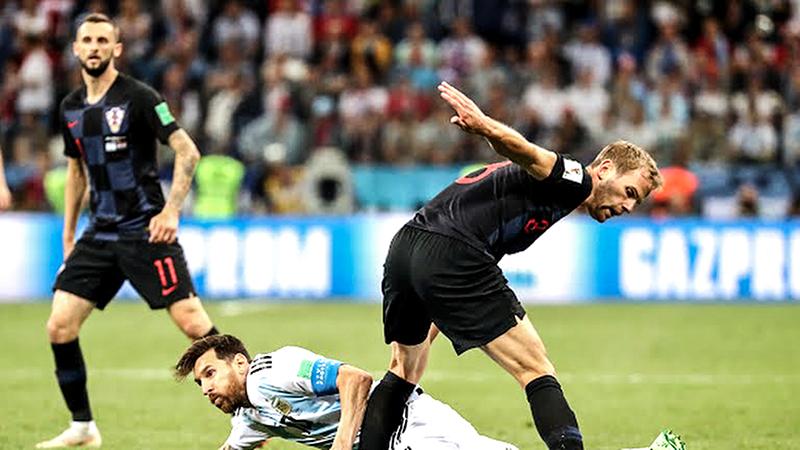 Cú ngã của Messi thể hiện sự bất lực của Argentina trước Croatia. Ảnh: FIFA