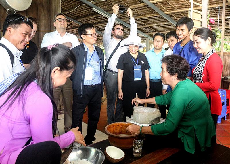 Văn hóa bản địa là sản phẩm độc đáo thu hút nhiều du khách đến ĐBSCL. Trong ảnh, đoàn đại biểu quốc tế dự hội nghị ASEM tại Cần Thơ khảo sát và tìm hiểu về văn hóa bản địa, du lịch cộng đồng tại cồn Sơn. Ảnh: Kiều Mai