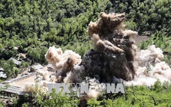 Khói bốc lên sau khi Triều Tiên phá bỏ bãi thử hạt nhân Punggye-ri ngày 24-5. Nguồn: THX/TTXVN