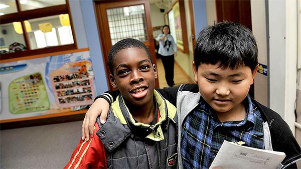 Một học sinh đa văn hóa và một học sinh Hàn Quốc tại Trường trung học Guro. Ảnh: SCMP