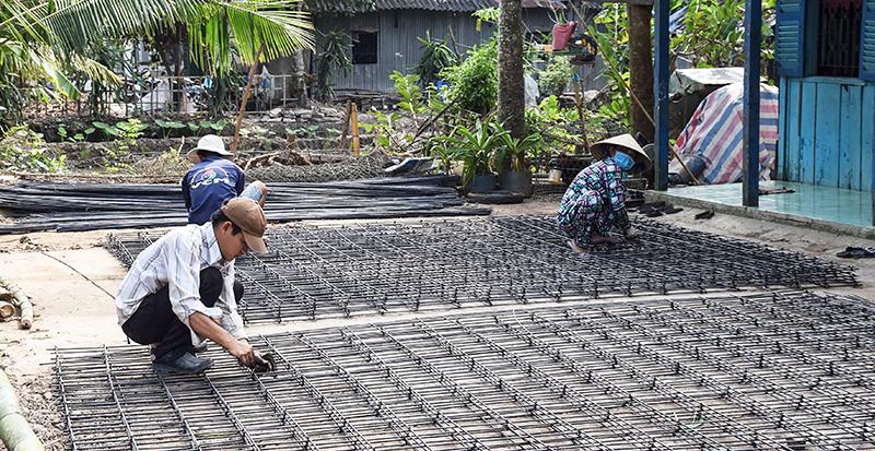 Chương trình xây dựng nông thôn mới nhận sự ủng hộ của người dân. Trong ảnh: Người dân góp sức làm lộ giao thông nông thôn tại huyện Cờ Đỏ. Ảnh: T. TRINH