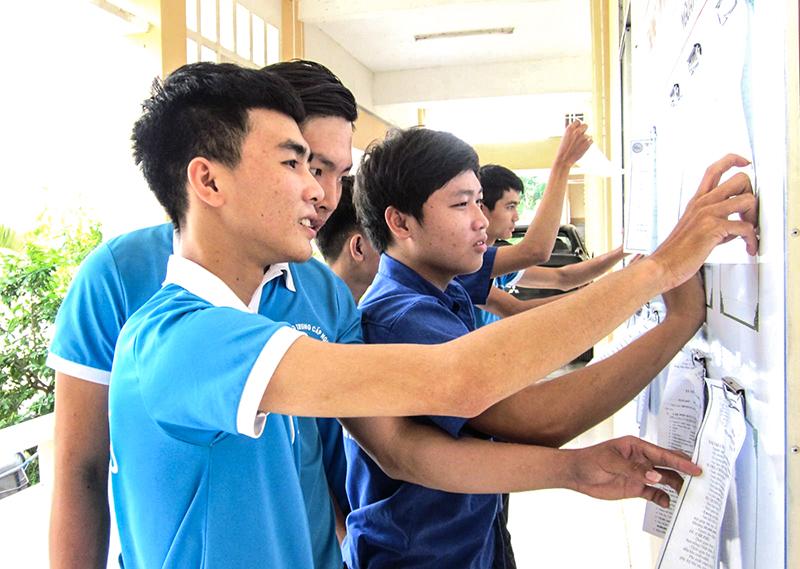 Học sinh Trường TCN Thới Lai tham khảo nhu cầu tuyển dụng lao động của các đơn vị, doanh nghiệp tại bảng Thông tin việc làm. Ảnh: ANH PHƯƠNG