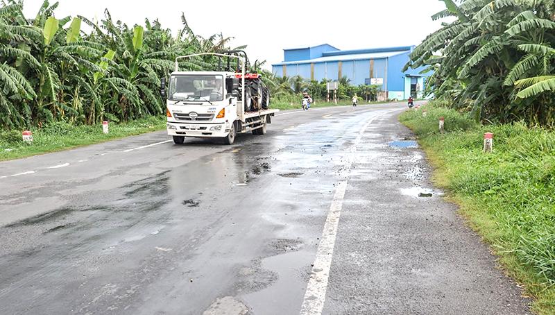 Mặt đường tuyến tránh quận Ô Môn lồi lõm là một trong những nguyên nhân gây ra tai nạn giao thông. Ảnh: ANH DŨNG