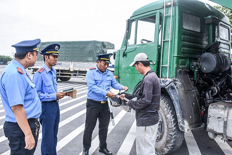 Kiểm tra tải trọng xe lưu động trên các tuyến giao thông là việc làm thường xuyên của lực lượng Thanh tra Sở GTVT TP Cần Thơ. Ảnh: X.ĐÀO