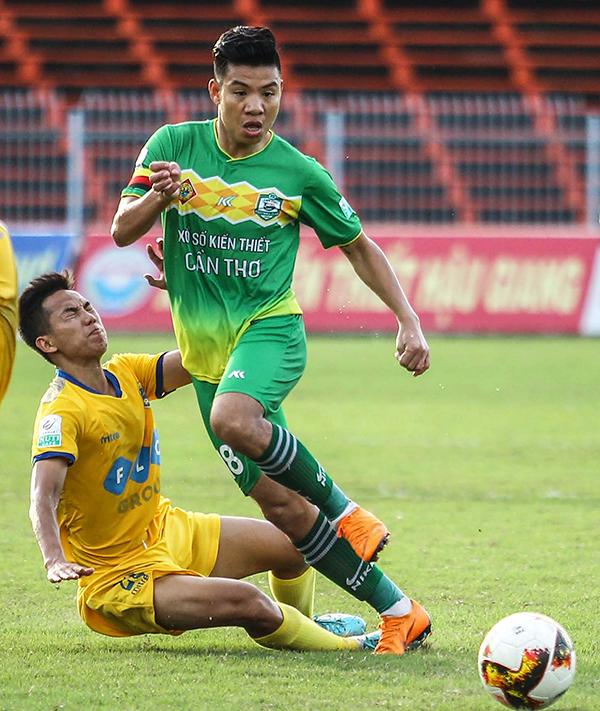 Tiền vệ Tăng Tuấn của Cần Thơ (bên phải) tranh bóng với cầu thủ Thanh Hóa trong trận đấu trên sân Cần Thơ ở vòng 14. Ảnh: NGUYỄN MINH