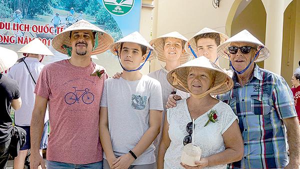 Du khách nước ngoài thích du thuyền tham quan chợ nổi Cái Răng.