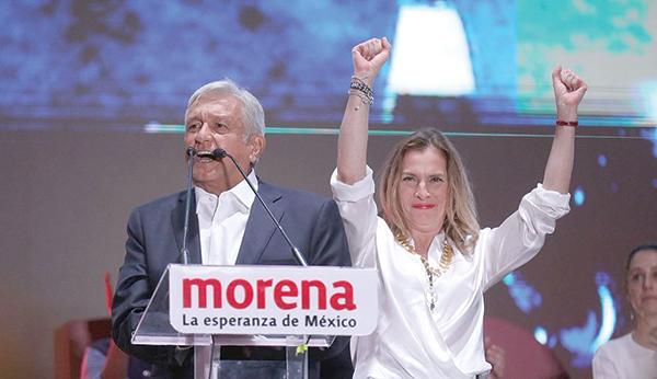 Ông Obrador và phu nhân mừng chiến thắng. Ảnh: LA Times