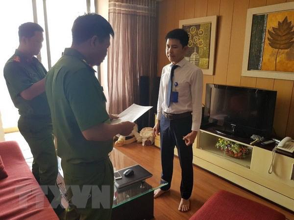 Đối tượng Nguyễn Như Hoàng nghe lệnh bắt. Ảnh: TTXVN