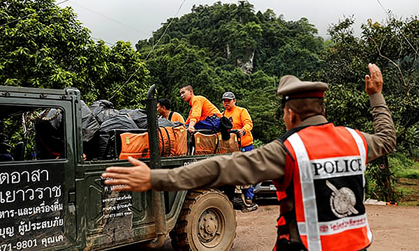 Lực lượng cứu hộ bên ngoài hang Tham Luang. Ảnh: Reuters