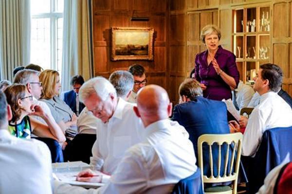 Nữ Thủ tướng Theresa May (đứng) đã thống nhất được nội các Anh vốn chia rẽ về vấn đề Brexit. Ảnh: Reuters