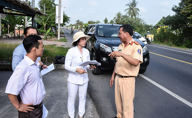 Bà Trần Thị Xuân, Phó Trưởng ban ATGT TP Cần Thơ cùng các ngành chức năng thành phố và quận Ô Môn kiểm tra thực trạng những điểm mất ATGT tuyến quốc lộ 91. Ảnh: X.ĐÀO