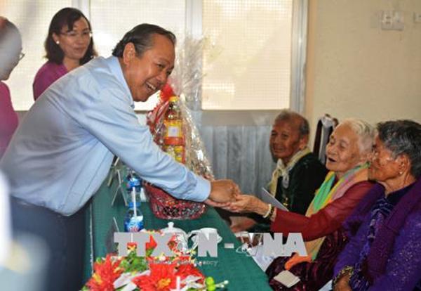 Ủy viên Bộ Chính trị, Phó Thủ tướng Thường trực Chính Phủ Trương Hòa Bình đến thăm và tặng quà các Mẹ Việt Nam anh hùng tỉnh Long An. Ảnh: BÙI GIANG-TTXVN