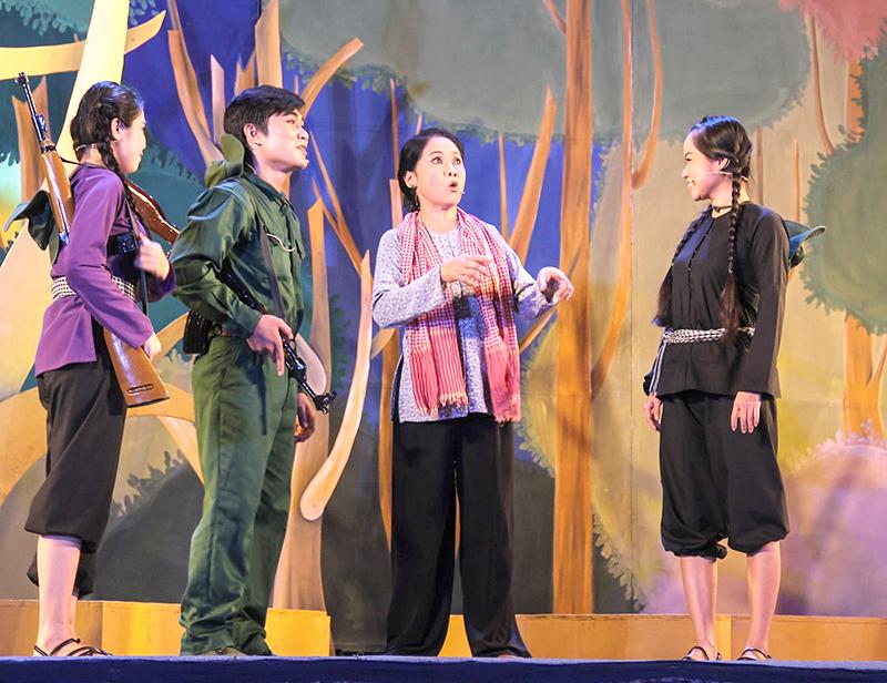 """Vở diễn """"Bông mận trắng"""" của Đoàn Cải lương Tây Đô đoạt Huy chương Bạc tại Liên hoan Nghệ thuật sân khấu cải lương chuyên nghiệp toàn quốc 2015. Ảnh: DUY KHÔI"""