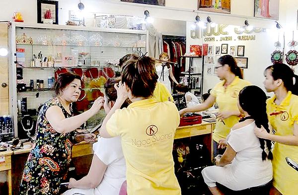 Chị Ngọc Sương (bìa trái) và nhân viên trang điểm, làm tóc cho khách hàng.