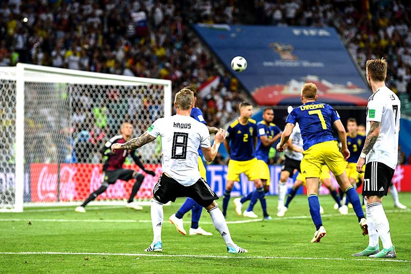 Pha sút phạt thành bàn đầy cảm xúc của Toni Kroos trong trận Đức thắng Thụy Điển ở vòng bảng. Ảnh: FIFA
