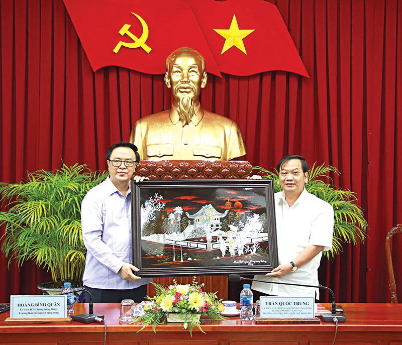 Đồng chí Hoàng Bình Quân, Ủy viên Ban Chấp hành Trung ương Đảng, Trưởng Ban Đối ngoại Trung ương (bên trái) tặng quà lưu niệm cho lãnh đạo TP Cần Thơ. Ảnh: HỒNG VÂN