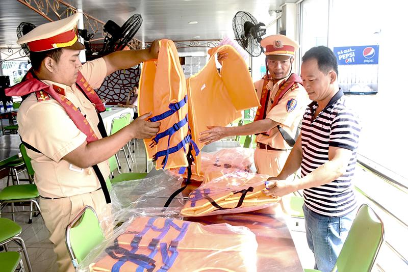 Cảnh sát đường thủy kiểm tra việc trang bị áo phao trên phương tiện thủy. Ảnh: X.ĐÀO