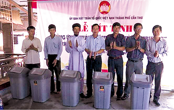 Đại diện UBMTTQVN TP Cần Thơ trao tặng thùng chứa rác tại huyện Vĩnh Thạnh để thực hiện kế hoạch tuyên truyền, vận động người dân bỏ rác đúng quy định, góp phần BVMT. Ảnh: HÀ VĂN