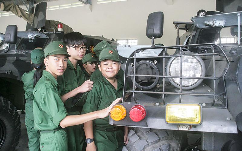 """Học viên khóa huấn luyện """"Học kỳ trong Quân đội"""" tham quan và tìm hiểu lịch sử Đại đội Thiết giáp (Bộ Chỉ huy Quân sự TP Cần Thơ). Ảnh: QUỐC THÁI"""