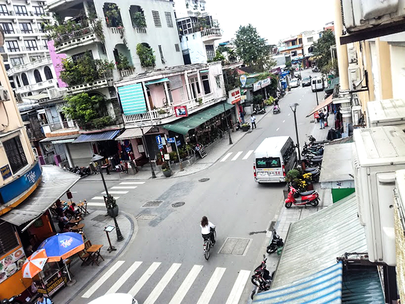 Các tuyến đường của phố đi bộ được thông xe vào ban ngày.