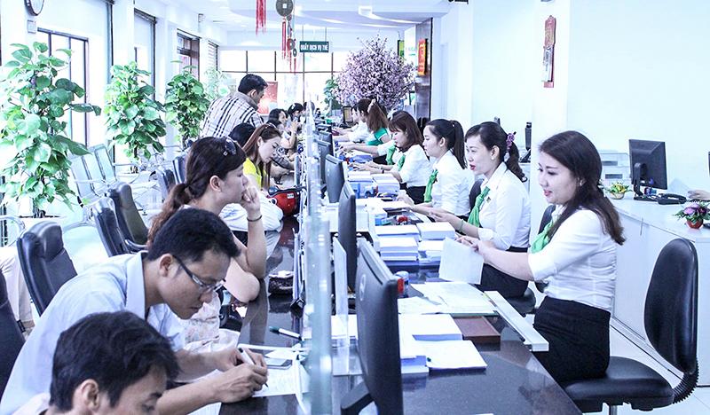 Khách hàng đến giao dịch tại Vietcombank Chi nhánh Cần Thơ. Ảnh: MINH HUYỀN