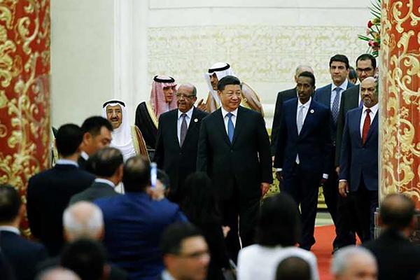 Chủ tịch Trung Quốc Tập Cận Bình (giữa) cùng đại diện các nước Arab tại Diễn đàn Hợp tác Trung Quốc - Arab ngày 10-7. Ảnh: Reuters